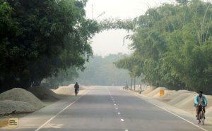 রাস্তার পাশে পাথর আর পাথর, জাফলং ফেল (ছবি: লেখক)